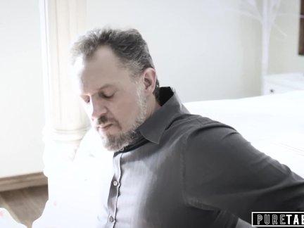 Чистая табу сердитый папа шлепки и кончает в пизду его своевольный шаг дочь