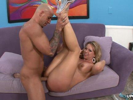 Туго член блондинка трах на фиолетовый диван тогда кончает на ее киска