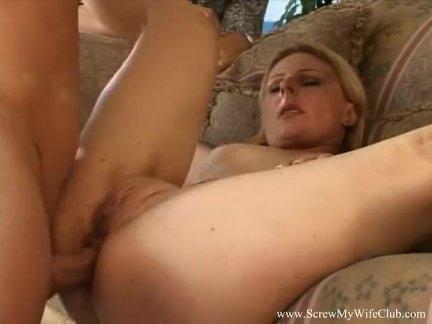 Блондинка жена превращается в свингер