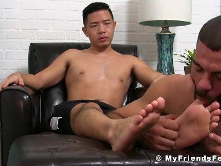 Азиатский джок получать возбуждённый его ноги получают лизнул по ломоть