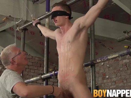 С завязанными глазами суб красавчик дрочил от по гей повиновение мужчине