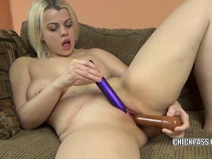 Надя уайт использует две игрушки, чтобы сделать себе сперму