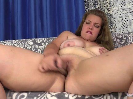 Пухлый приносит себя оргазм с вибраторы