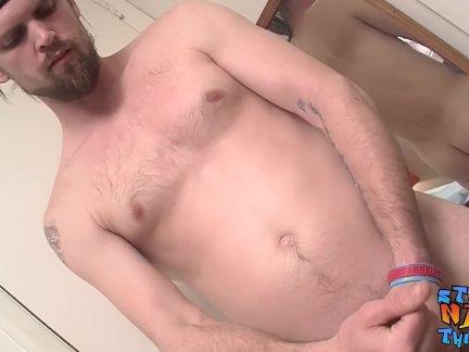 Красавчик натурал парень рывков его жирная член