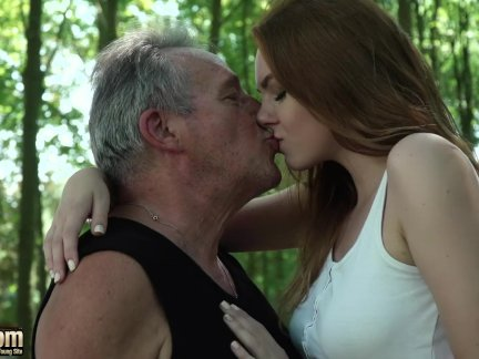 Сексуальный молодой рыженькая соблазнение дедушка и имеет невероятный секс с его