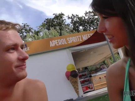 Хунтк. красивая девушка красиво в за деньги в общественном парке
