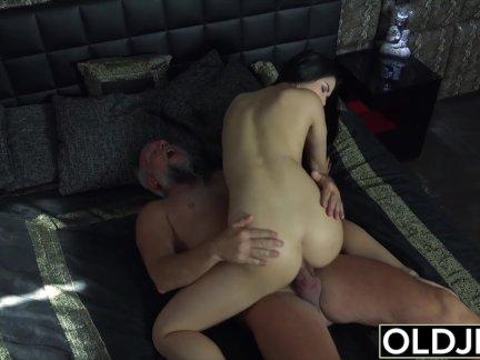 Лет нимфоманка начинает мастурбировать перед дедушкой и трахает его