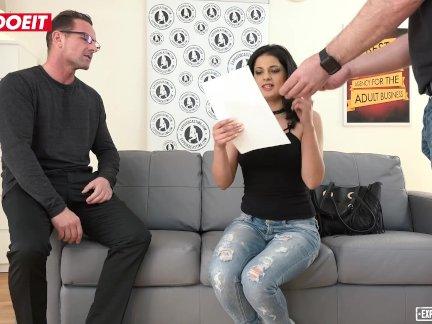 Коко де мал брызгается в ее первый порно фильм