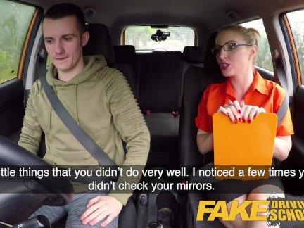 Поддельные вождение школа экзамен отказ приводит к горячей сексуальный блондинка автомобиль трахают