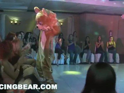 Танцы медведь-вещи трахнут дикие и сумасшедшие на этом дне рождения