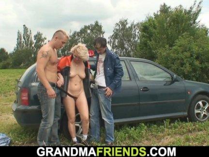 Старая блондинка женщина двойное проникновение в полях