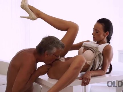 ОЛДК. Сладкая секретарша Лилиан ласкает босса после тяжелого рабочего дня