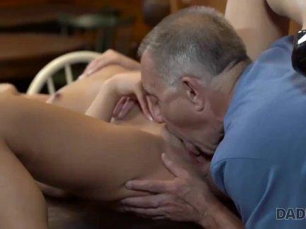 DADDY4K. Verführerischer Miss mit erstaunlichem Körper gerät in die alten