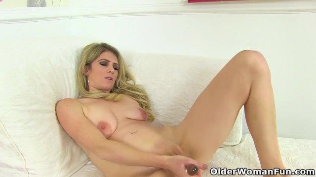 English milf Ashleigh peels off her tight leggings