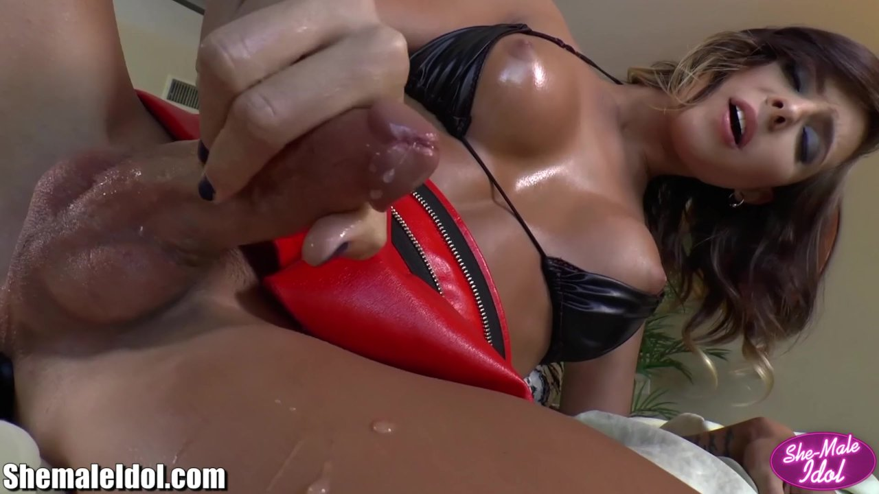 Shemale pissing on herself and cumming