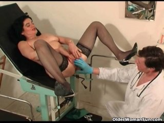 Old MILF in stockings gets fisted and squirts