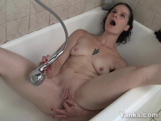 Wet Amateur Sunshine Masturbating In BathTube