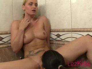 Stunning girls in bathtub kissing and tongue sucking HD