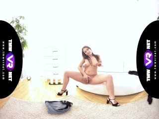 TmwVRnet – Ellen Betsy – Steamy Solo of the Hot Busty Babe in Tight Shorts