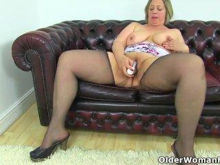 British BBW milf Sarah Jane is toying her fanny