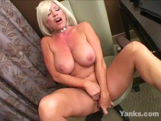 Big Jugged Yanks MILF Jenna Lynn Masturbating