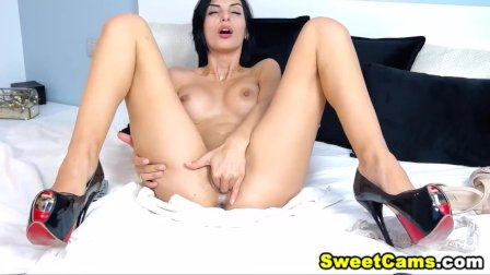 Busty Babe Fingering her Wet Pussy on Cam